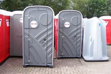 Toiletboxen en plaszuilen